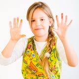 Chica joven con la pintura en las manos Imagenes de archivo
