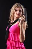 Chica joven con la pistola Fotos de archivo