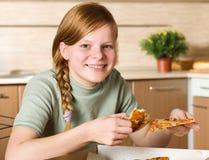 Chica joven con la pizza Imagenes de archivo