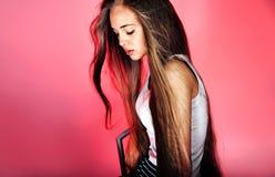 Chica joven con la presentación larga del pelo Fotografía de archivo libre de regalías