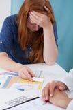 Chica joven con la prueba de embarazo positiva Imágenes de archivo libres de regalías