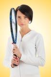 Chica joven con la raqueta de tenis y bal aislado Fotografía de archivo