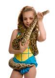 Chica joven con la serpiente del animal doméstico Imagen de archivo