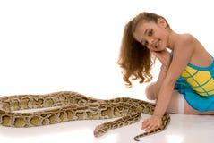 Chica joven con la serpiente del pitón fotos de archivo libres de regalías