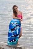 Chica joven con la sonrisa de la tabla hawaiana Fotos de archivo