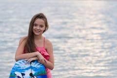 Chica joven con la sonrisa de la tabla hawaiana Fotografía de archivo