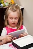 Chica joven con la tablilla Fotos de archivo libres de regalías
