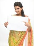 Chica joven con la tarjeta blanca Fotos de archivo