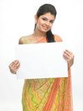 Chica joven con la tarjeta blanca Foto de archivo libre de regalías