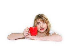 Chica joven con la taza roja Fotos de archivo libres de regalías