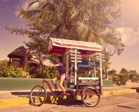 Chica joven con la tienda del Caribe del triciclo Fotos de archivo libres de regalías