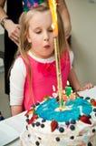 Chica joven con la torta de cumpleaños Imagen de archivo libre de regalías