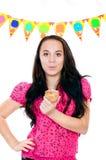 Chica joven con la torta a disposición en un fondo blanco Imagen de archivo libre de regalías