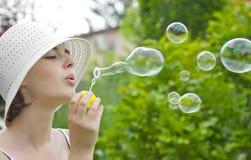 Chica joven con las burbujas de jabón Fotografía de archivo