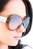 Chica joven con las gafas de sol Fotos de archivo libres de regalías