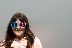 Chica joven con las gafas de sol Foto de archivo libre de regalías