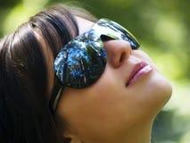 Chica joven con las gafas de sol Fotografía de archivo