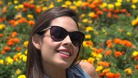 Chica joven con las gafas de sol almacen de video