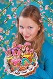 Chica joven con las galletas del pan de jengibre de pascua Imagen de archivo libre de regalías