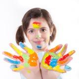 Chica joven con las manos coloridas fotos de archivo
