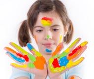Chica joven con las manos coloridas imágenes de archivo libres de regalías