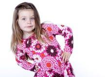 Chica joven con las manos en caderas Imagenes de archivo