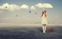 Chica joven con las mariposas foto de archivo libre de regalías