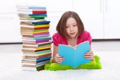 Chica joven con las porciones de libros Fotos de archivo
