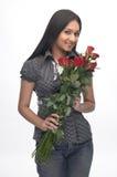 Chica joven con las rosas rojas Imagen de archivo libre de regalías
