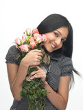 Chica joven con las rosas rosadas Fotos de archivo libres de regalías