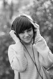Chica joven con los auriculares Fotografía de archivo