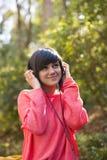 Chica joven con los auriculares Foto de archivo libre de regalías