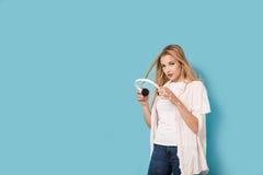 Chica joven con los auriculares aislados Imagen de archivo