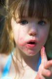 Chica joven con los dedos pegajosos del caramelo de algodón Fotos de archivo libres de regalías
