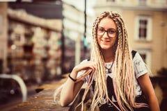 Chica joven con los dreadlocks Imagenes de archivo