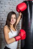 Chica joven con los guantes de boxeo Foto de archivo