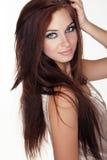 Chica joven con los ojos azules y el pelo largo aislados en el backgr blanco Fotos de archivo