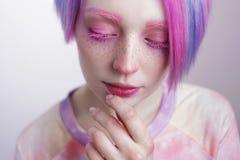 Chica joven con los ojos y el pelo del rosa, como una muñeca Fotografía de archivo