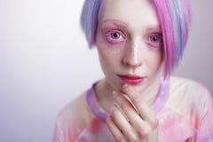 Chica joven con los ojos y el pelo del rosa, como una muñeca Imagenes de archivo
