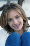 Chica joven con los pantalones vaqueros Fotos de archivo libres de regalías
