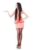 Chica joven con los pelos marrones en la tenencia corta del vestido Foto de archivo libre de regalías