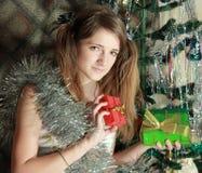 Chica joven con los presentes Imágenes de archivo libres de regalías