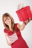 Chica joven con los regalos rojos fotos de archivo libres de regalías