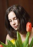 Chica joven con los tulipanes Fotos de archivo libres de regalías