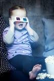 Chica joven con los vidrios 3D Imagenes de archivo