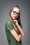 Chica joven con los vidrios de moda Imagenes de archivo