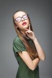 Chica joven con los vidrios modernos Imagen de archivo libre de regalías