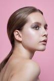Chica joven con maquillaje brillante de un estilista fotos de archivo libres de regalías
