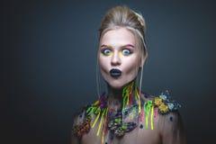 Chica joven con maquillaje creativo con las mariposas foto de archivo libre de regalías