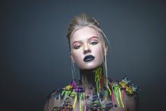 Chica joven con maquillaje creativo con las mariposas imagen de archivo libre de regalías